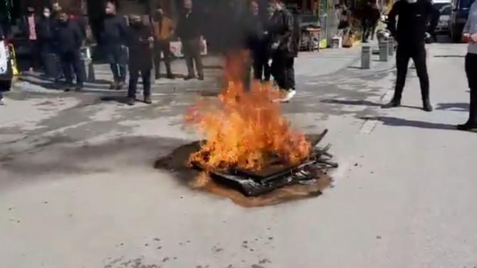 ''AK Parti Kongreleri lebaleb dolu'' diye isyan eden esnaf masa ve sandalyelerini yaktı