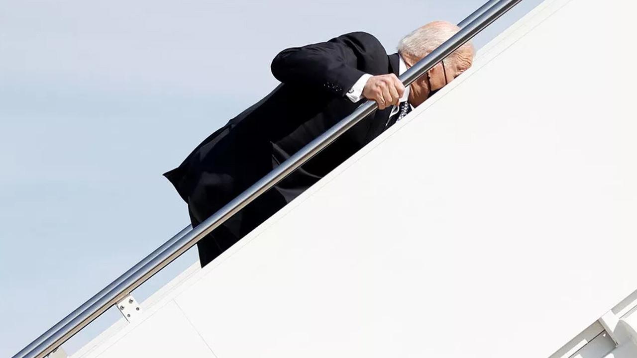 Biden'in uçağa binerken düşmesi gündem oldu
