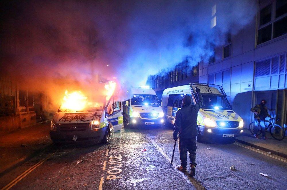 İngiltere'de sokaklar karıştı! Polis araçlarını yaktılar - Resim: 1