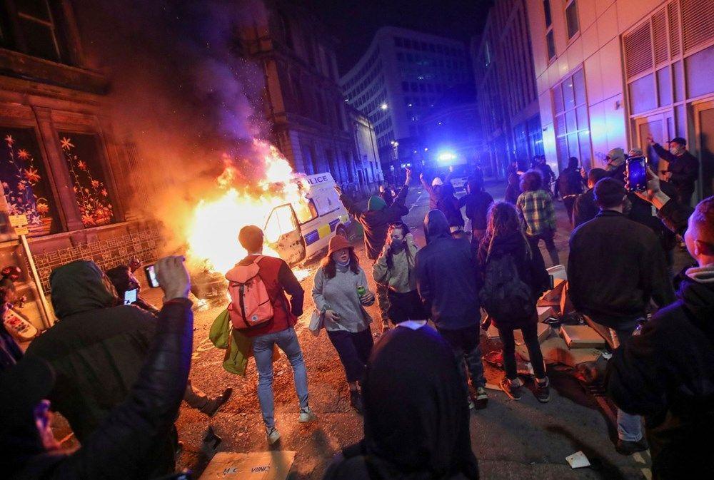 İngiltere'de sokaklar karıştı! Polis araçlarını yaktılar - Resim: 3