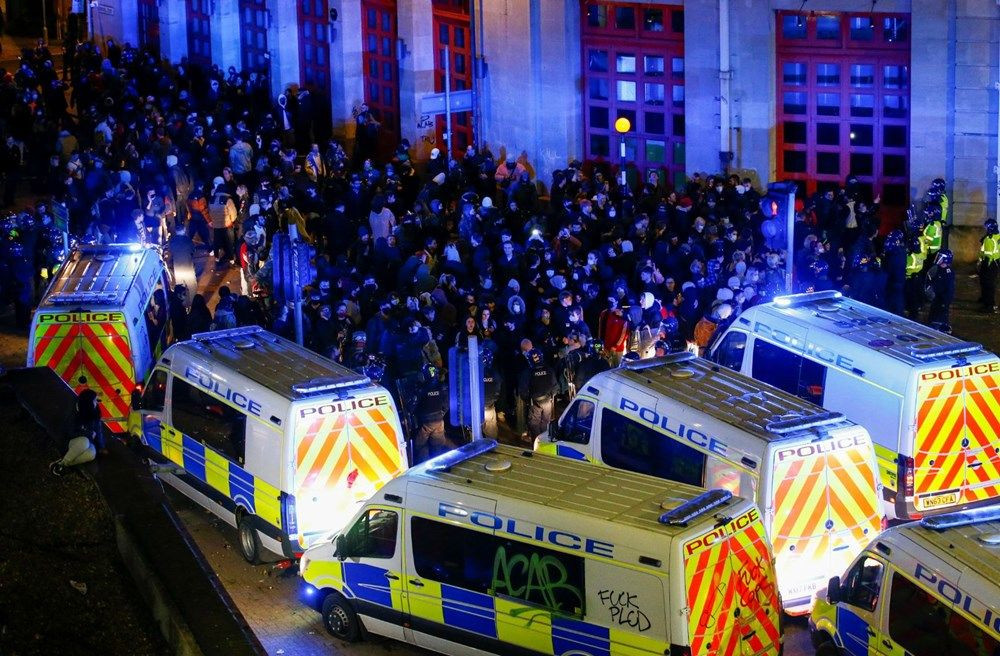 İngiltere'de sokaklar karıştı! Polis araçlarını yaktılar - Resim: 2
