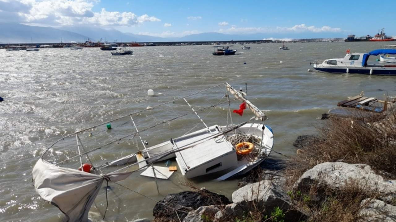 Hatay'da deniz taştı, tekneler karaya oturdu