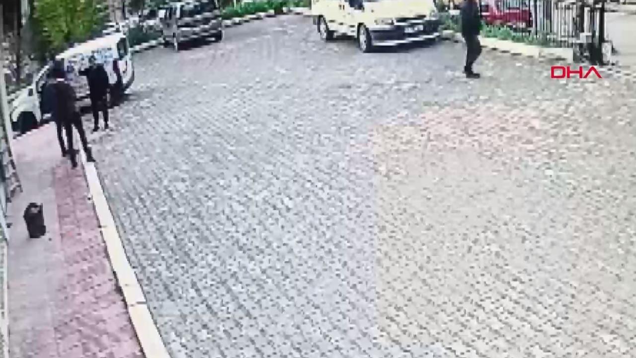 Sokak ortasında silahlı çatışma anı kamerada