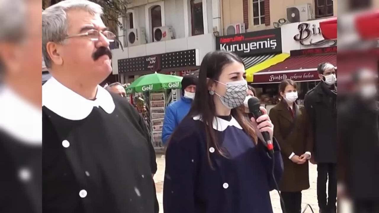 İYİ Partili vekiller okul önlüğü giyip, Andımız'ı okudu