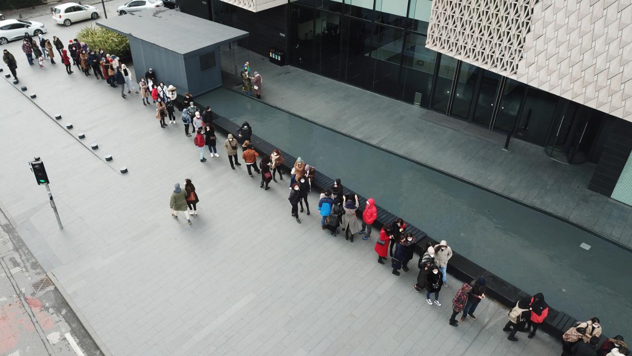İçeri girebilmek için saatlerce kuyruk beklediler