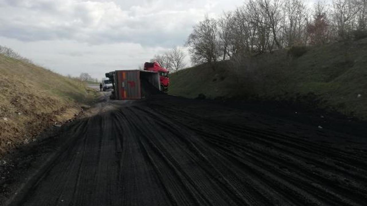 Kömür yüklü TIR devrildi, yol kapandı