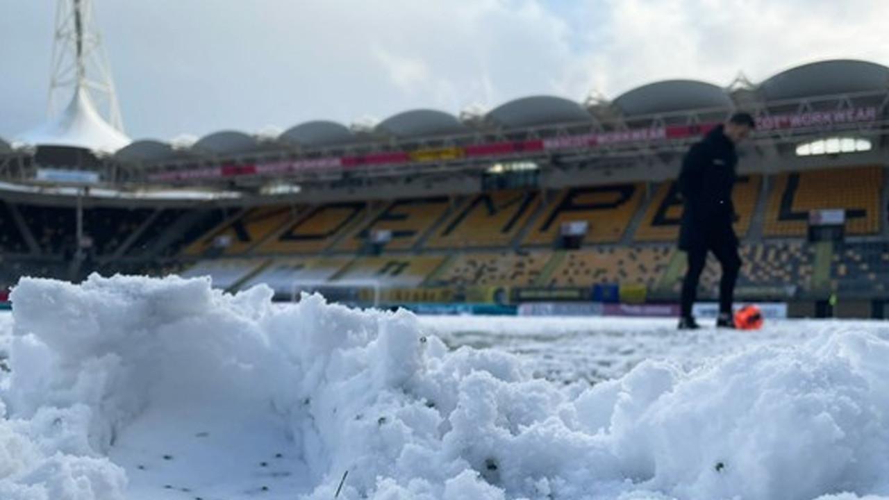 Hollanda'da nisan ayında yağan kar nedeniyle maç ertelendi
