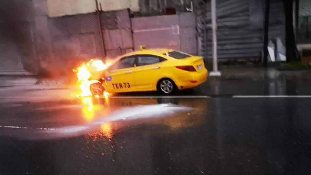 Seyir halindeki ticari taksi alev alev yandı
