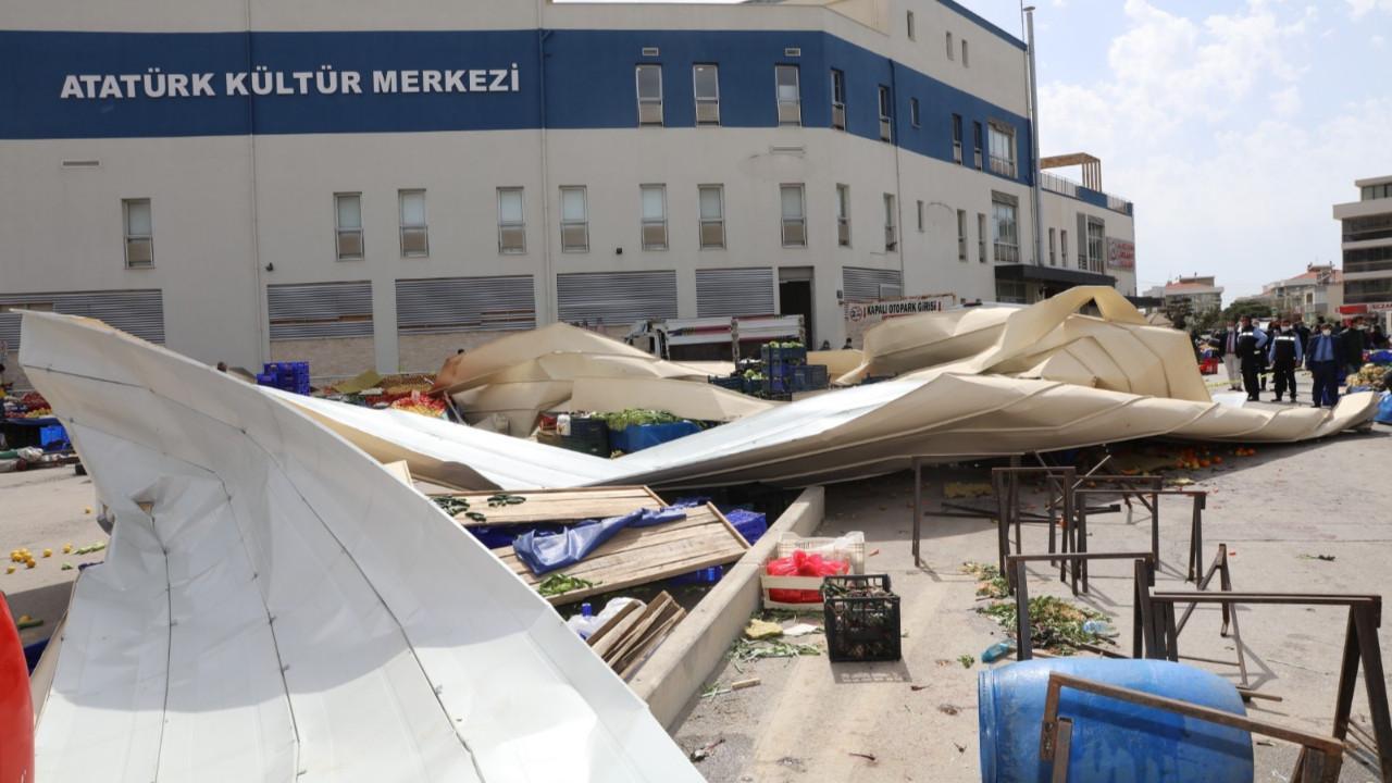 İzmir'de fırtına yıktı geçti! Yaralılar var
