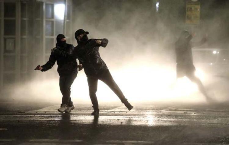Kuzey İrlanda savaş alanına döndü!! Göstericilere polis müdahalesi - Resim: 4