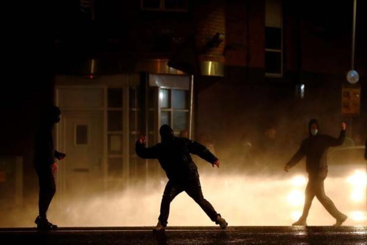 Kuzey İrlanda savaş alanına döndü!! Göstericilere polis müdahalesi - Resim: 2
