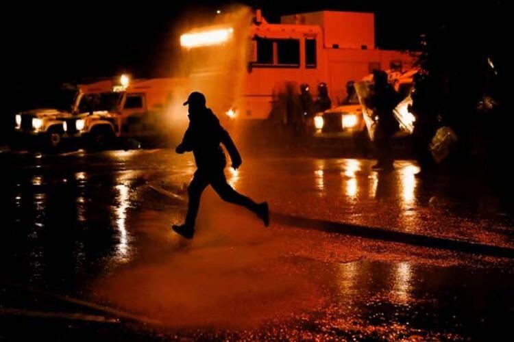 Kuzey İrlanda savaş alanına döndü!! Göstericilere polis müdahalesi - Resim: 3