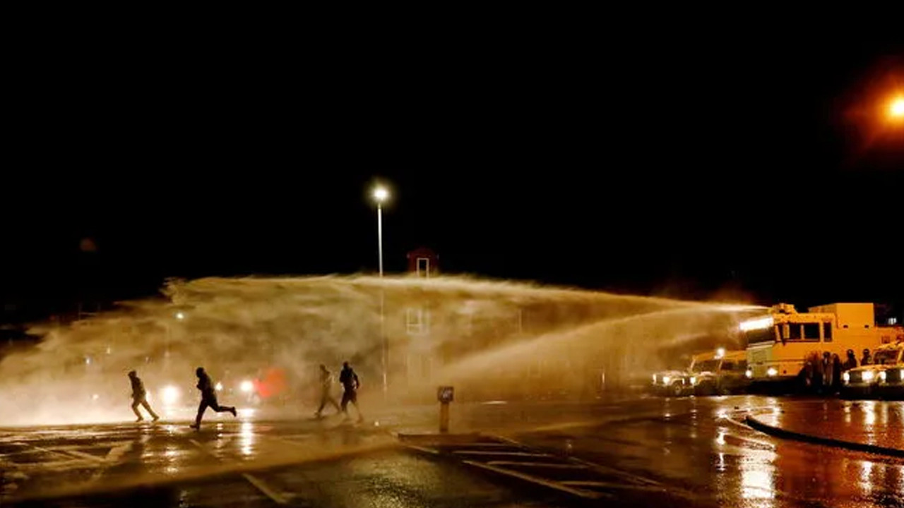 Kuzey İrlanda savaş alanına döndü!! Göstericilere polis müdahalesi