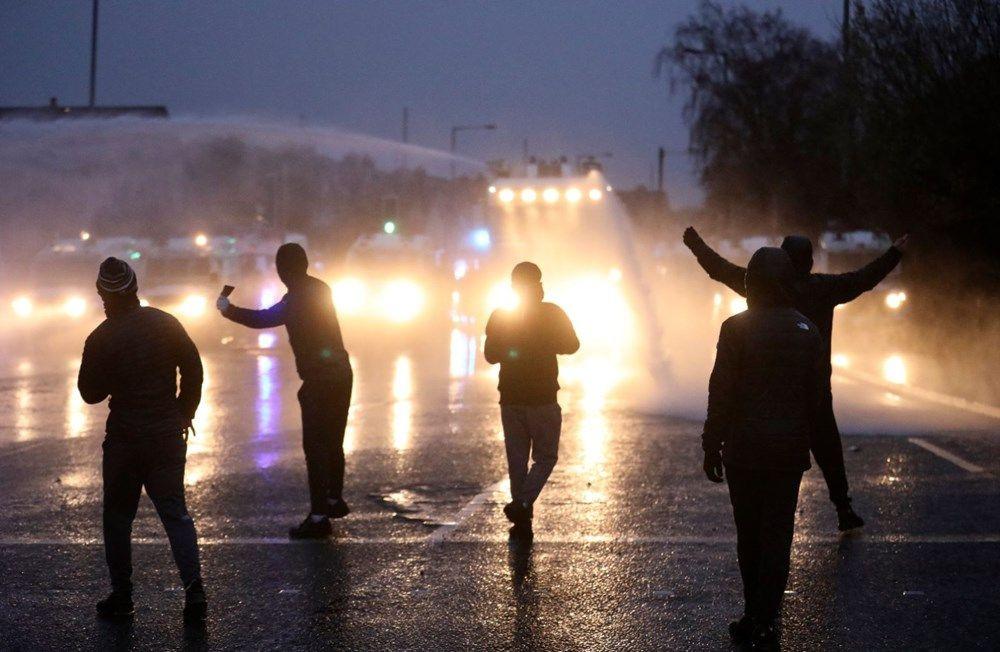 Kuzey İrlanda'da sokaklar savaş alanına döndü - Resim: 1