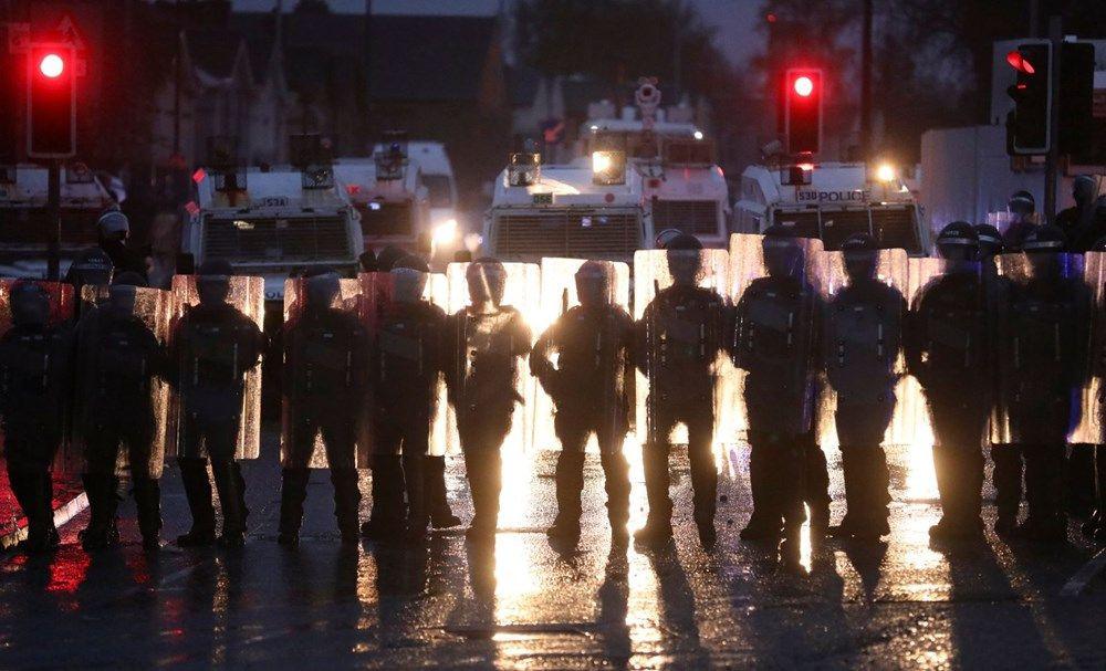 Kuzey İrlanda'da sokaklar savaş alanına döndü - Resim: 2
