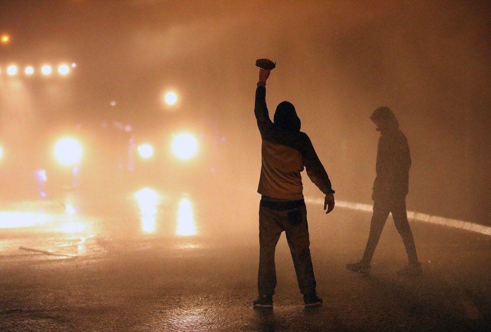 Kuzey İrlanda'da sokaklar savaş alanına döndü - Resim: 4