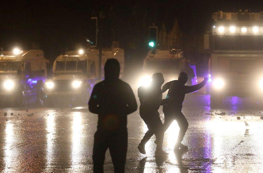 Kuzey İrlanda'da sokaklar savaş alanına döndü - Resim: 3