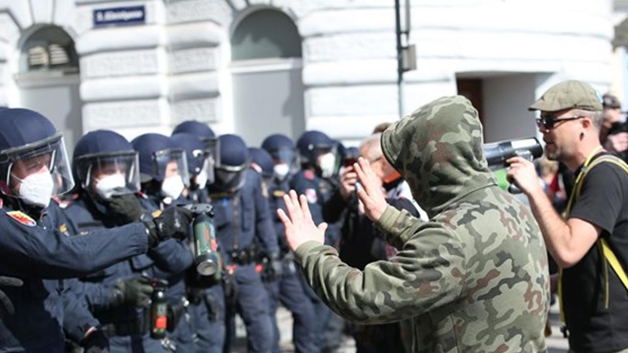 Viyana'da karantina karşıtı gösteriye polis müdahalesi