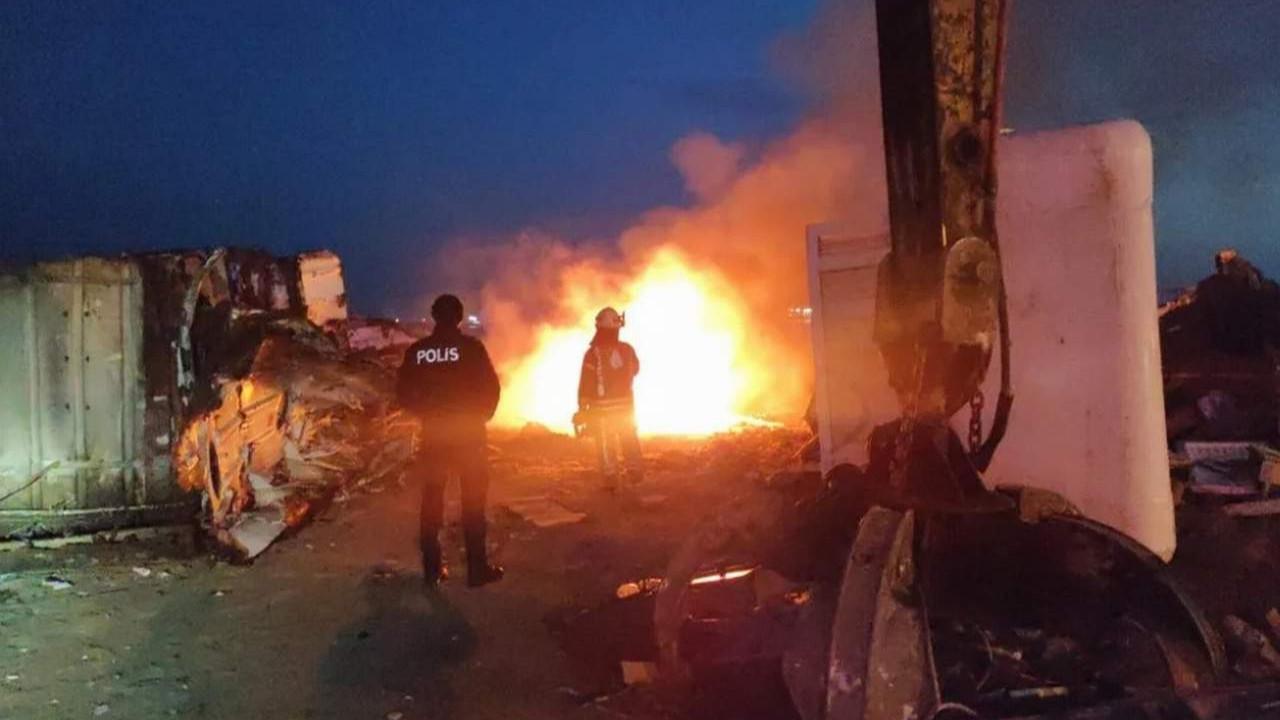 İstanbul'da karaya oturan gemide yangın çıktı