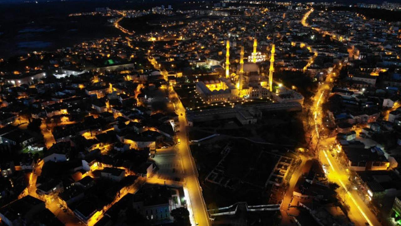 Ramazan'ın sembolü mahyalar camilere asıldı