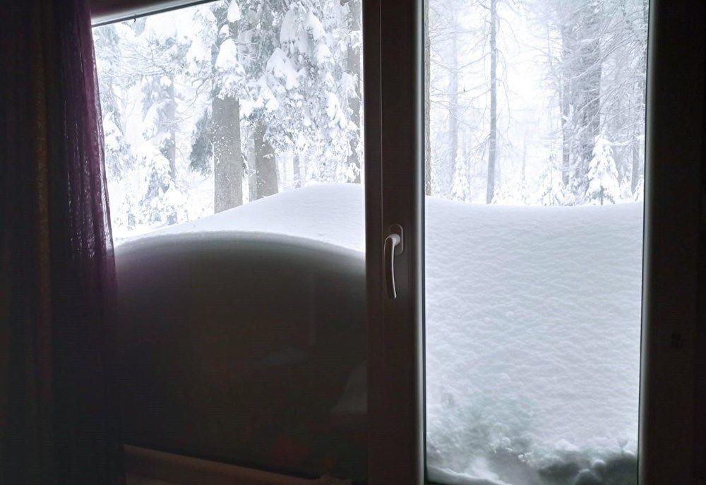 Nisan ayında şaşkına çeviren kar yağışı! 120 santimetreye ulaştı - Resim: 1
