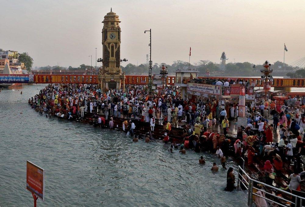 Hindular ölüme meydan okudu! Ganj Nehri'nde inanılmaz görüntüler - Resim: 2