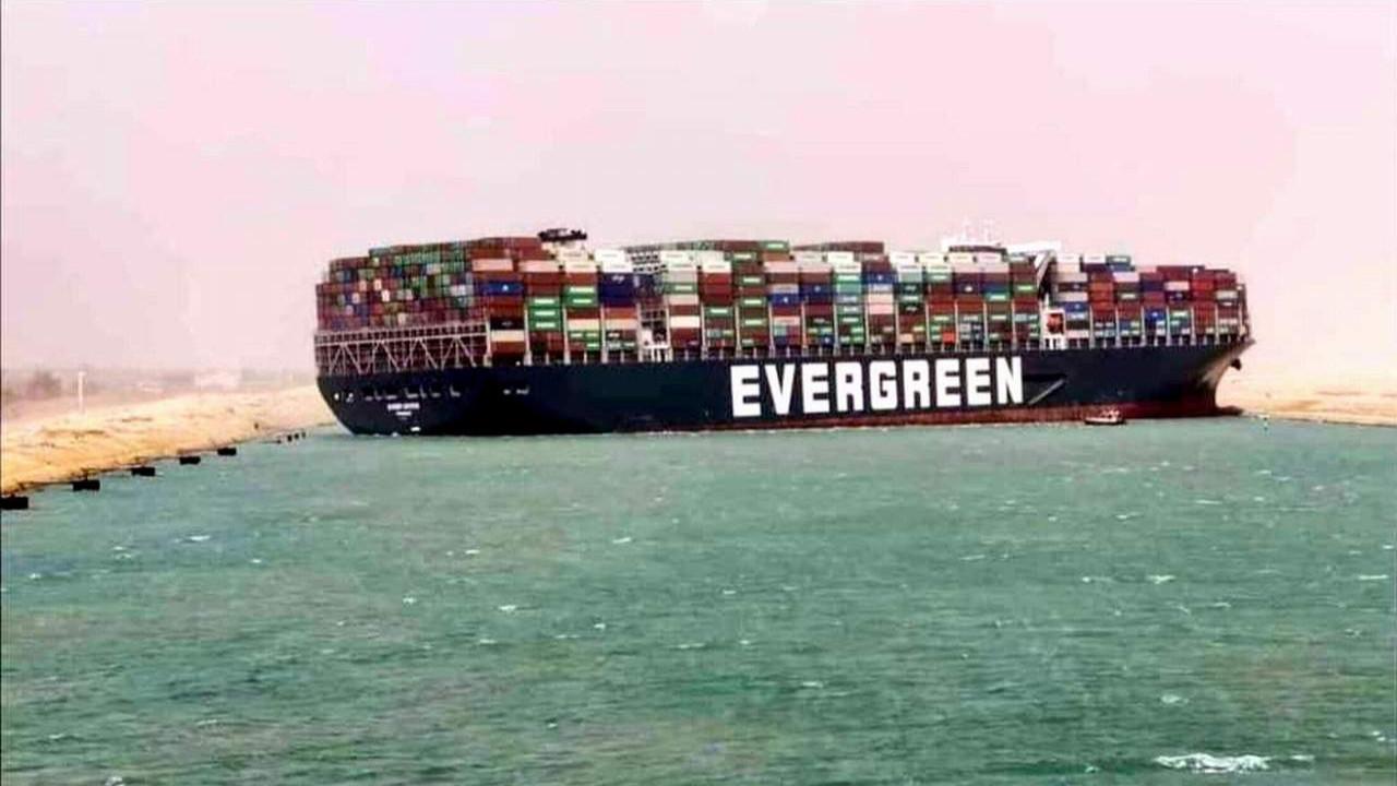 Süveyş Kanalı'nda karaya oturan gemiye el koydular