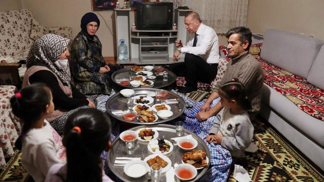 Erdoğan, iftarda yer sofrasında