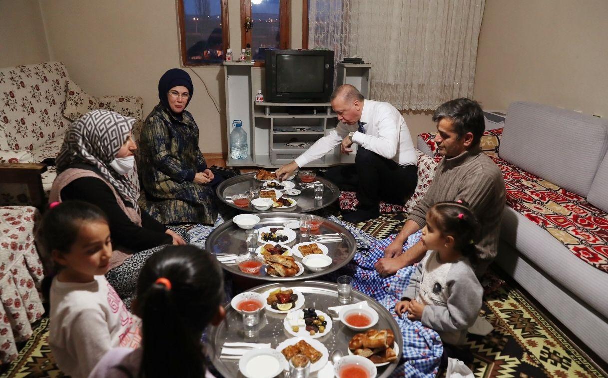 Erdoğan, iftarda yer sofrasında - Resim: 3