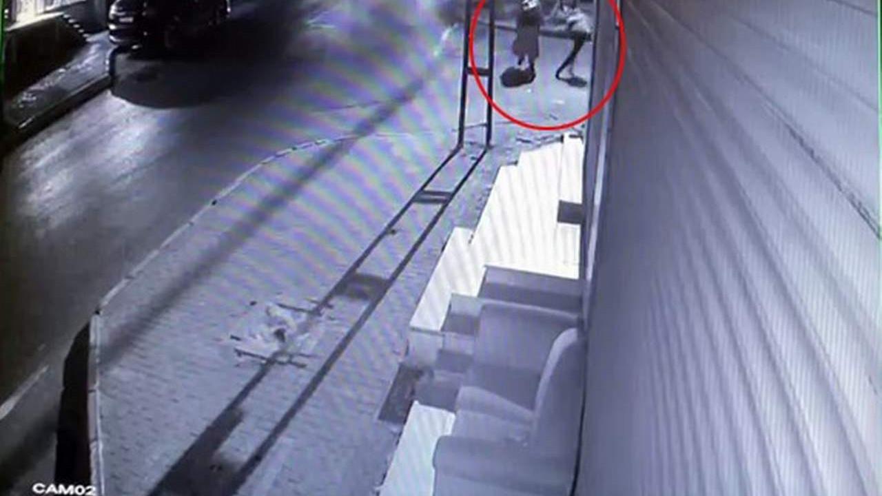 Sokak ortasında kapkaç dehşeti kamerada!