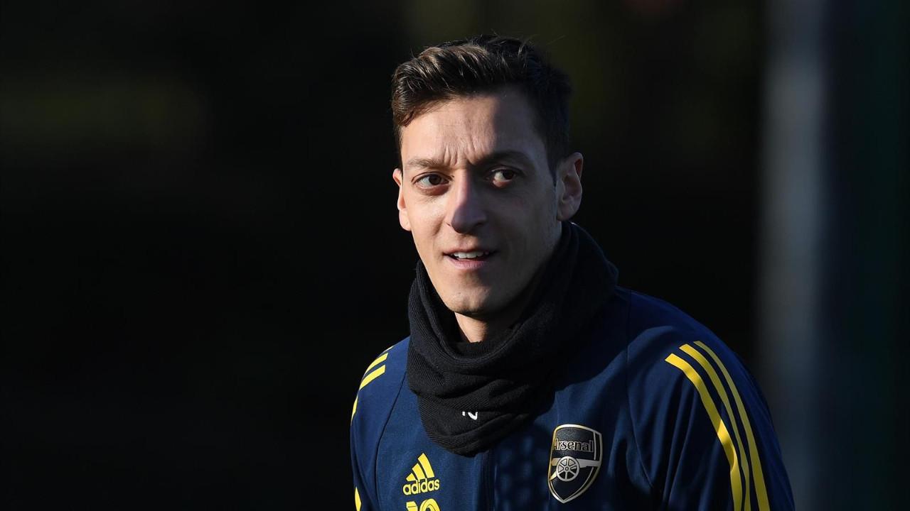 Mesut Özil formasını bağışladı
