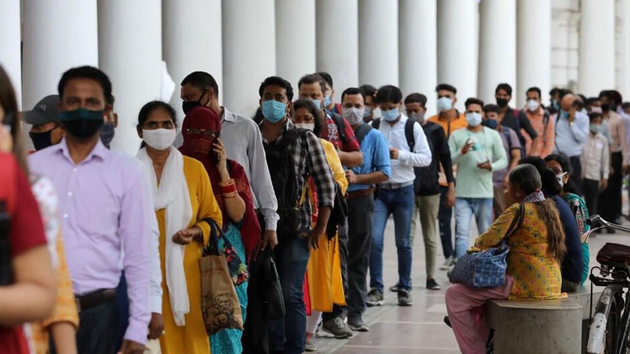 Hindistan'da aşı stokları hızla eriyor