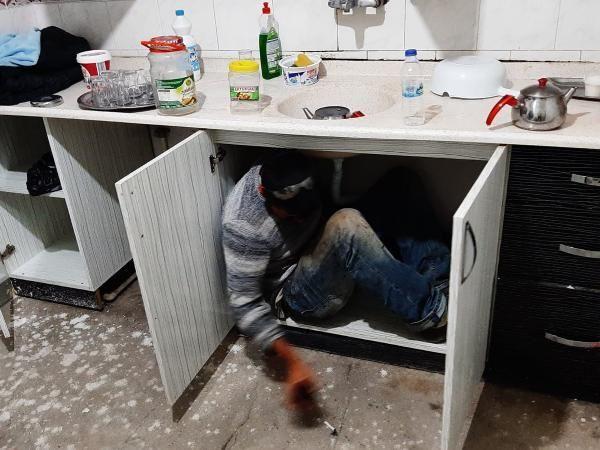 Mutfak dolabında saklanırken yakalandı - Resim: 4