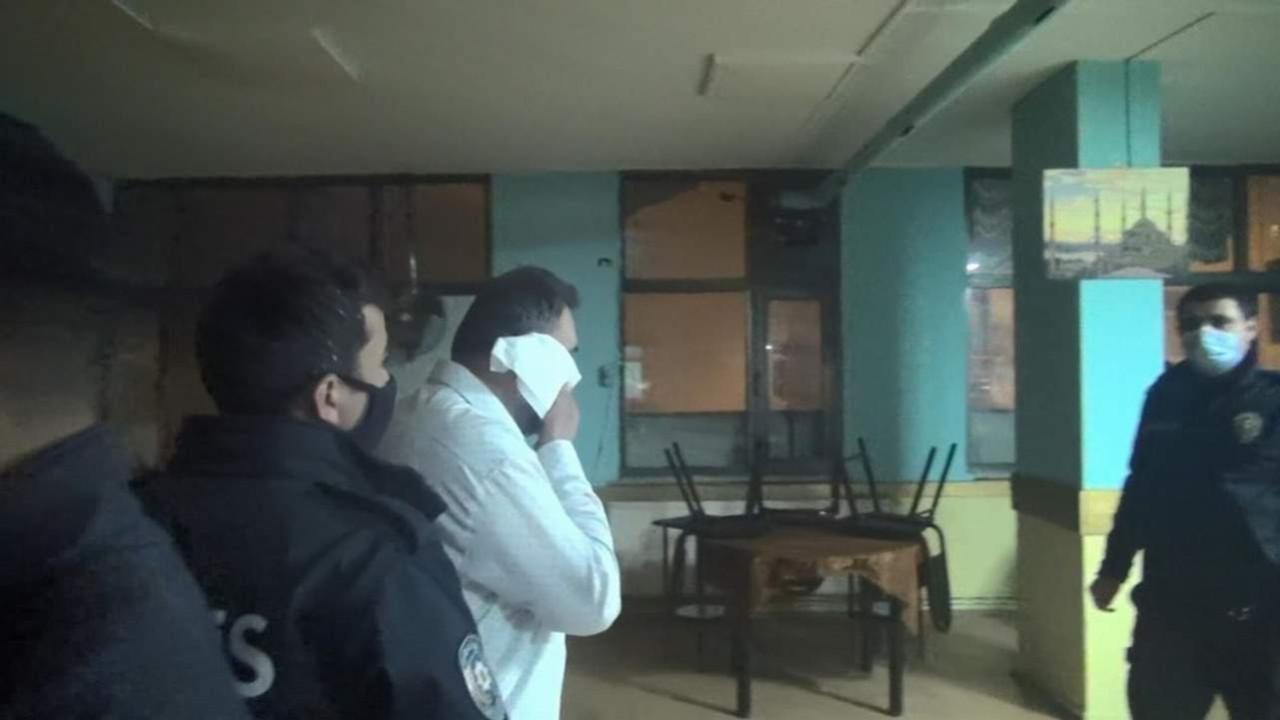 Polis koronavirüs baskınında tuvalet kağıdını görünce ne yapacağını şaşırdı
