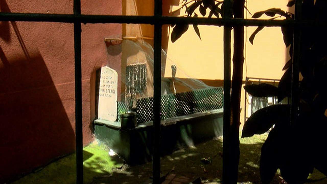İstanbul'da görenleri şaşkına çeviren mezar