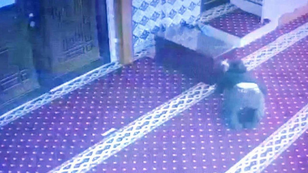 Camideki ''taklacı hırsız'' kamerada
