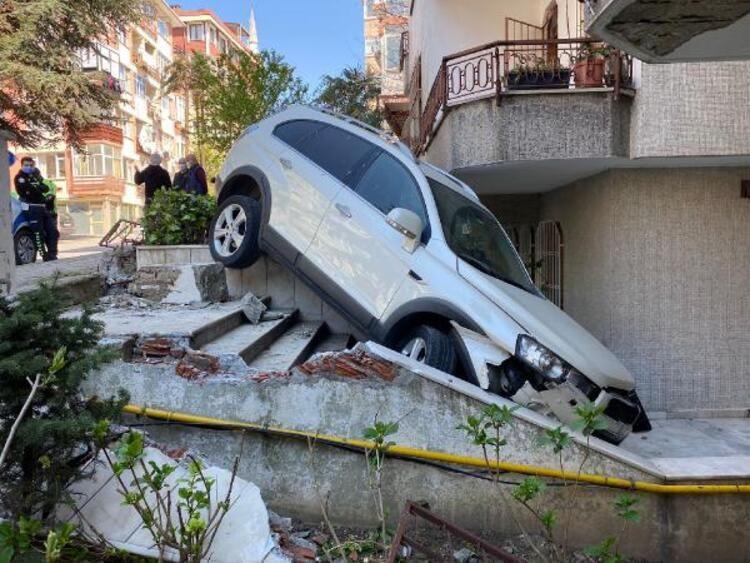 İstanbul'da cip 5 katlı binanın bahçesine uçtu