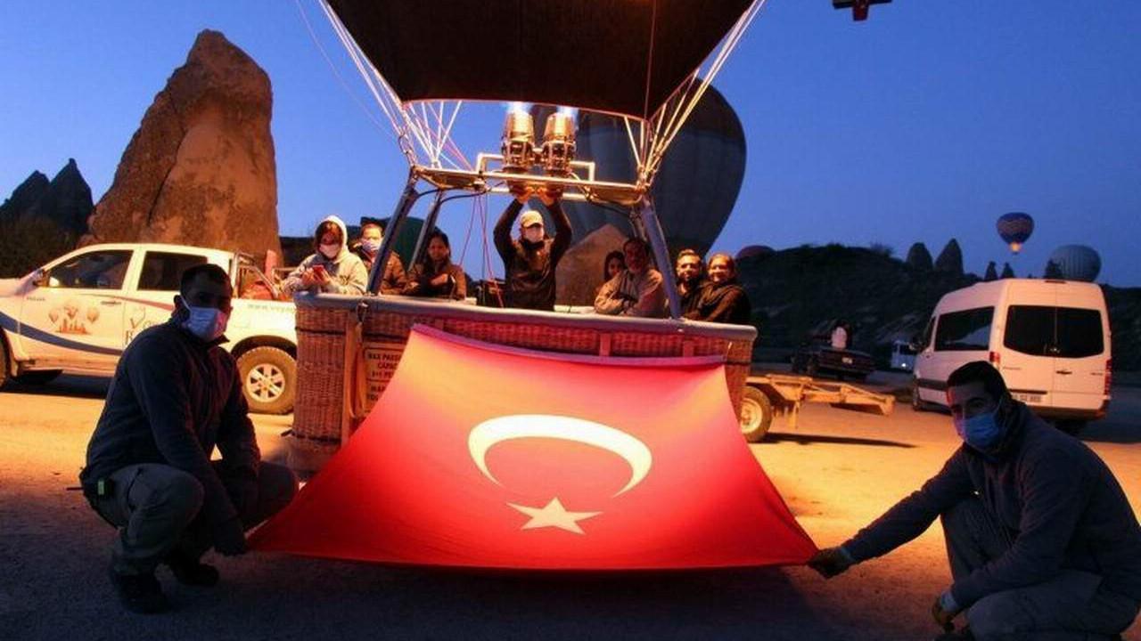 Kapadokya'da Türk bayraklarıyla 23 Nisan şöleni