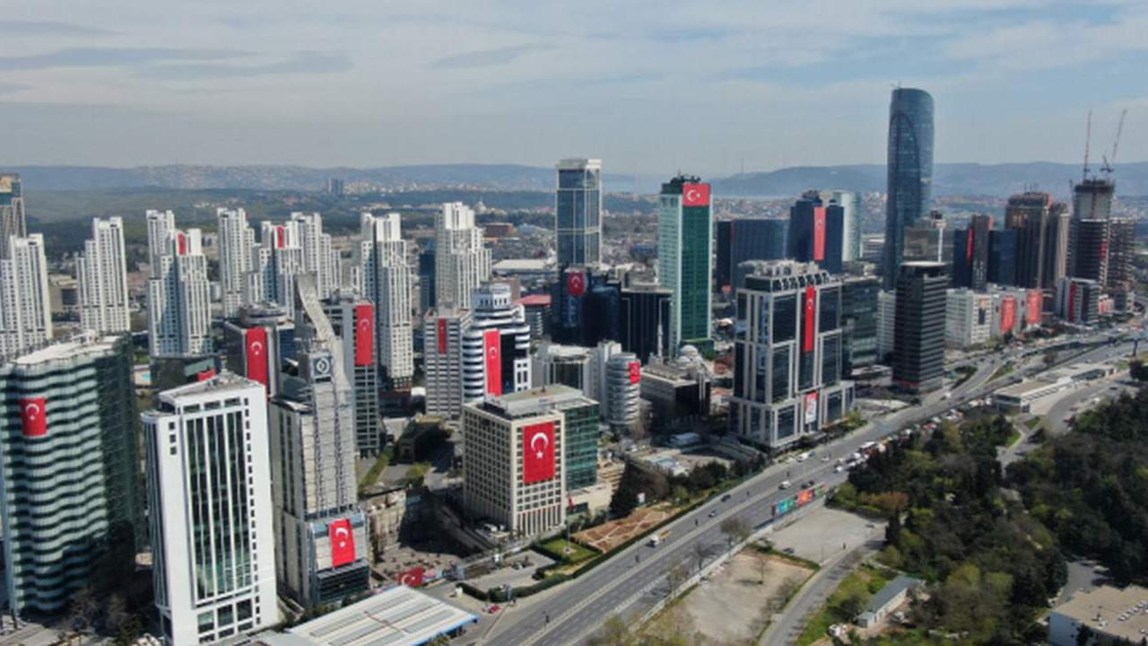 İstanbul'un gökdelenleri Türk bayraklarıyla donatıldı