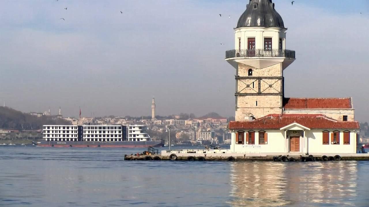 İstanbul Boğazı'ndan ''yüzen apartman'' geçti