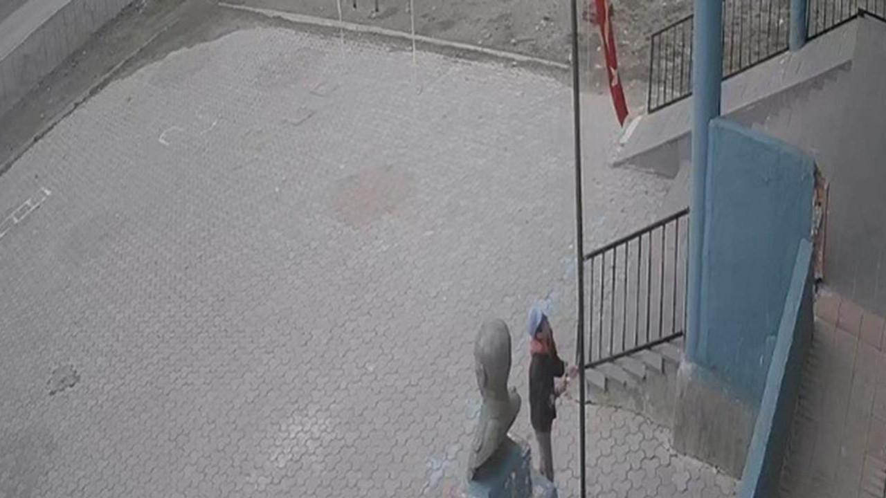 Türk Bayrağı'nı o halde görünce, durdu ve...