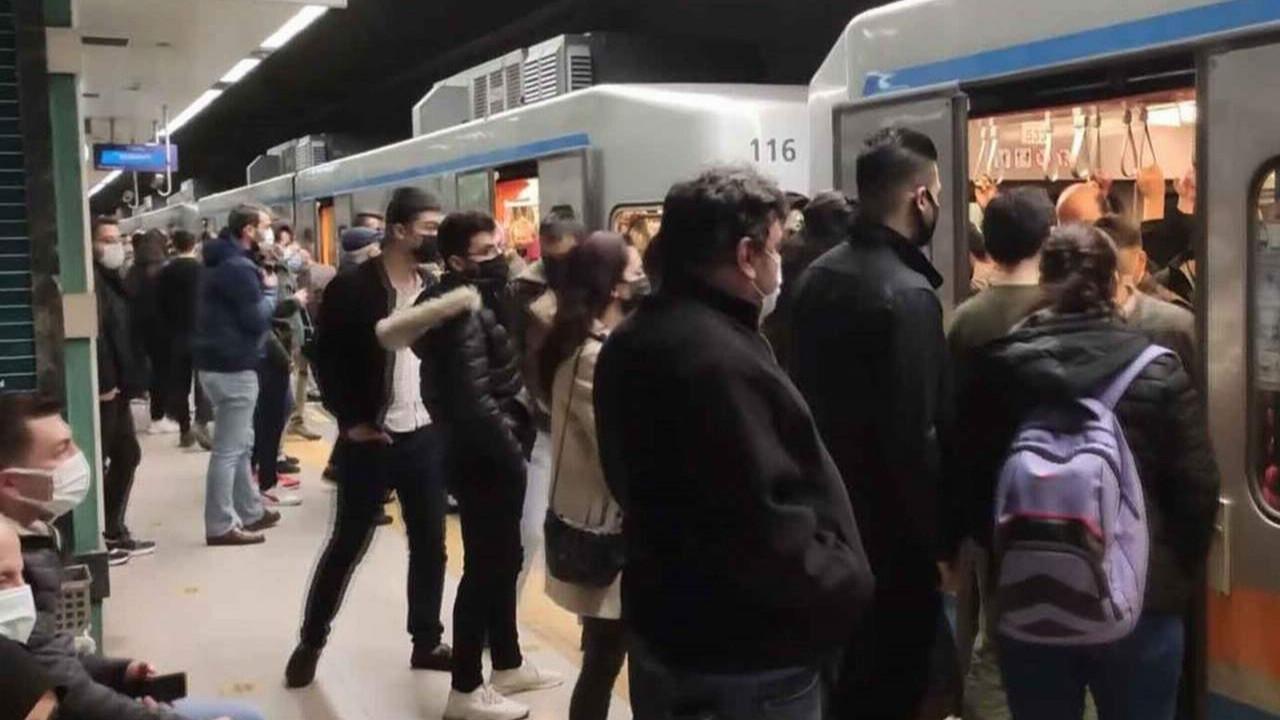 İstanbul metrosundaki arıza sosyal mesafeyi unutturdu!