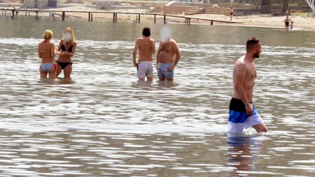 Plajda ceza yağdı! Polis denizde kimlik kontrolü yaptı!
