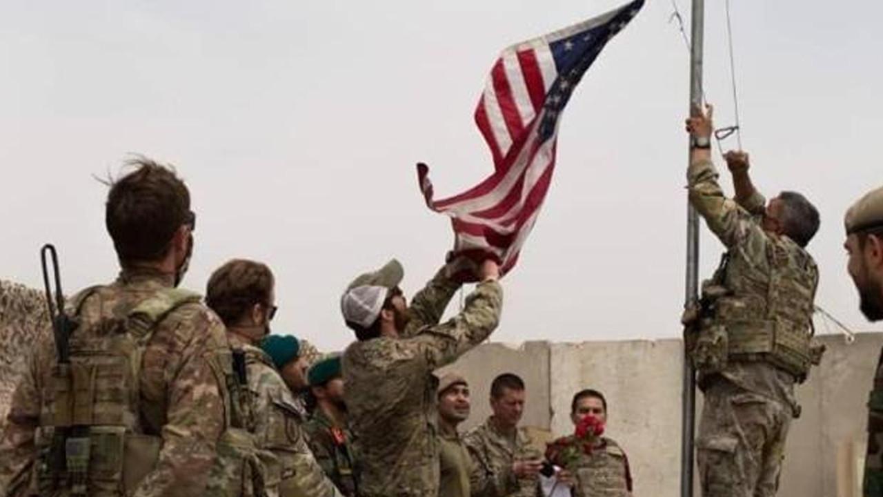Tarihi görüntü! ABD bayrağı indirildi