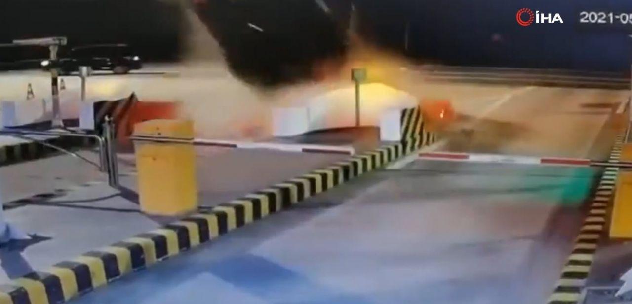 İnanılmaz trafik kazası kamerada! Bir anda uçup gitti! - Resim: 4