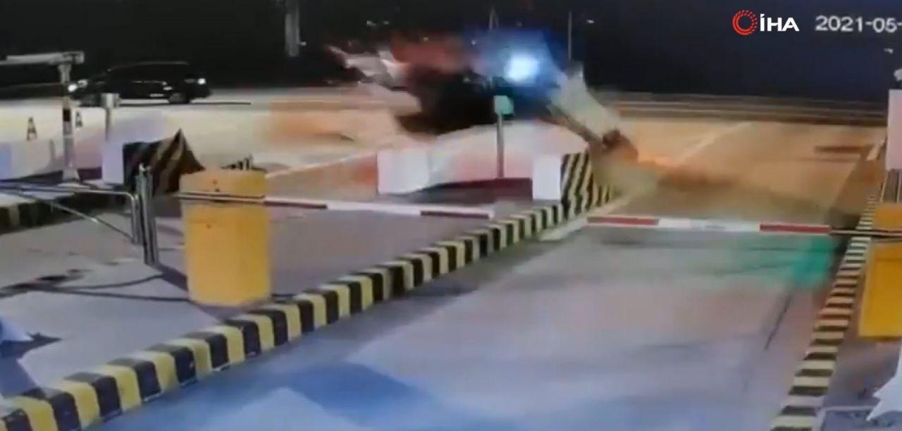 İnanılmaz trafik kazası kamerada! Bir anda uçup gitti! - Resim: 3