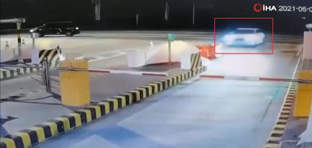 İnanılmaz trafik kazası kamerada! Bir anda uçup gitti! - Resim: 2
