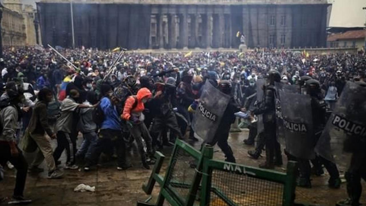 Kolombiya'da sokaklar savaşa alanına döndü