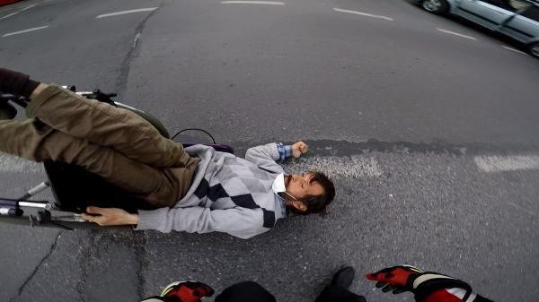 İstanbul'un göbeğinde meğer gerçekten insanlık ölmüş dedirten an kamerada! - Resim: 1