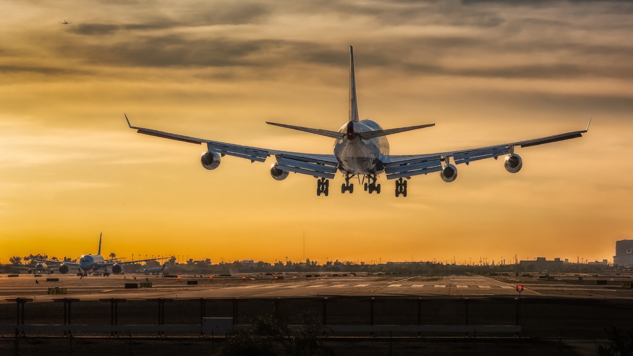 Rötar yapan uçağın pilotundan yolculara sürpriz!